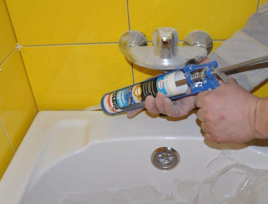 Изоляционные составы применяются для обработки швов и зазоров между сантехникой и стеной