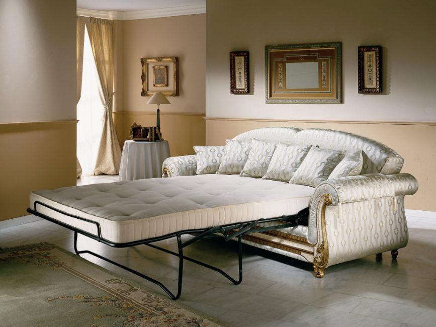 Диван может стать как полноценным спальным местом для хозяев, так и вариантом для размещения гостей