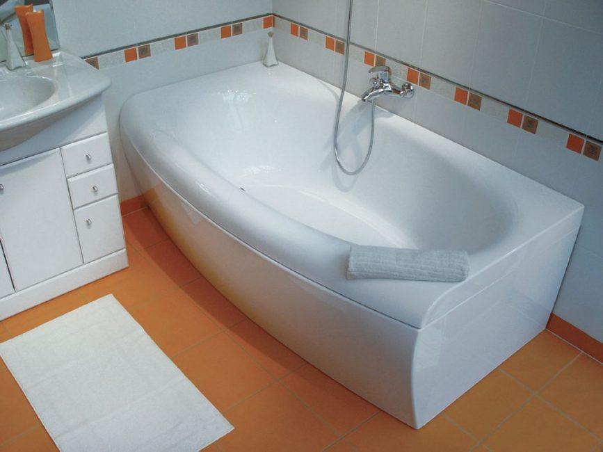 При герметизации ванной между сантехникой и стеной нужно поместить подложку, чтобы полимерный состав не стекал