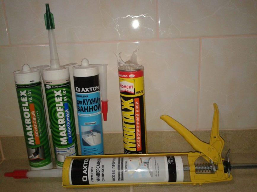 При выборе герметизирующего продукта для ванной комнаты нужно внимательно изучить состав вещества на упаковке