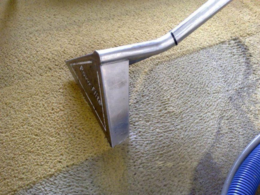 Преимущество сухой чистки в том, что она в наименьшей степени травмирует волокна материала коврового покрытия