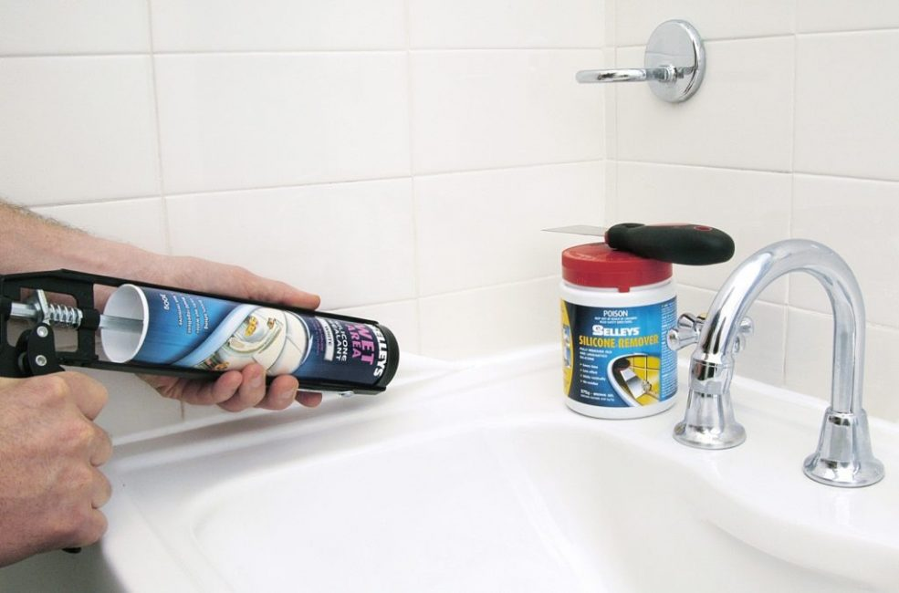 Для таких влажных помещений как ванная комната предпочтительнее выбрать герметизирующий продукт, а не затирку