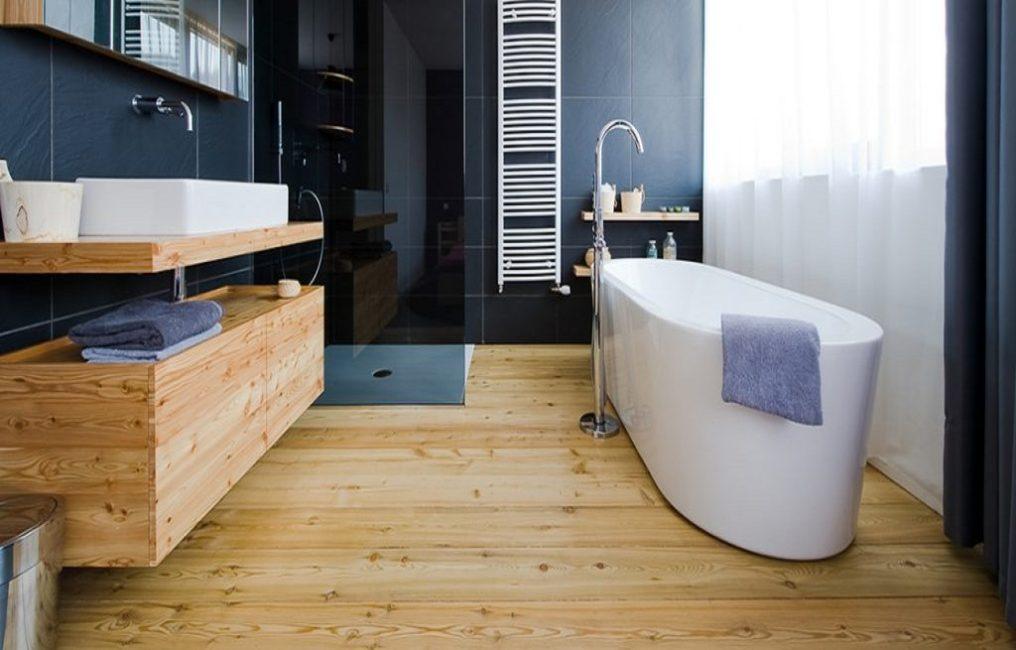 Комната с деревянным полом смотрится очень уютно