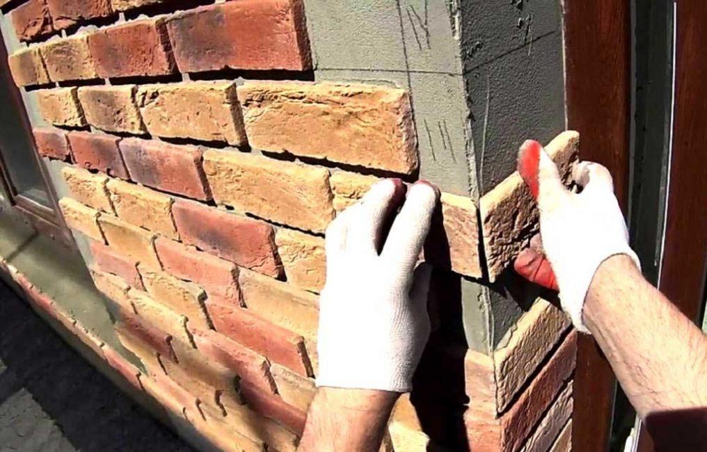 Сложную кладку лучше предварительно расчертить карандашом на стене