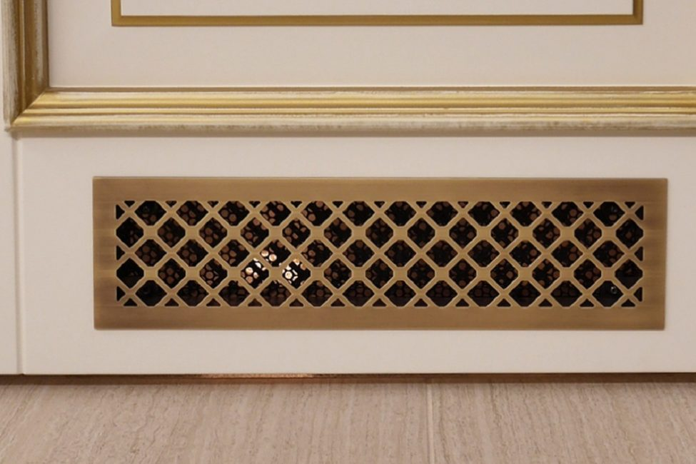 В нижней части двери можно предусмотреть декоративную решетку