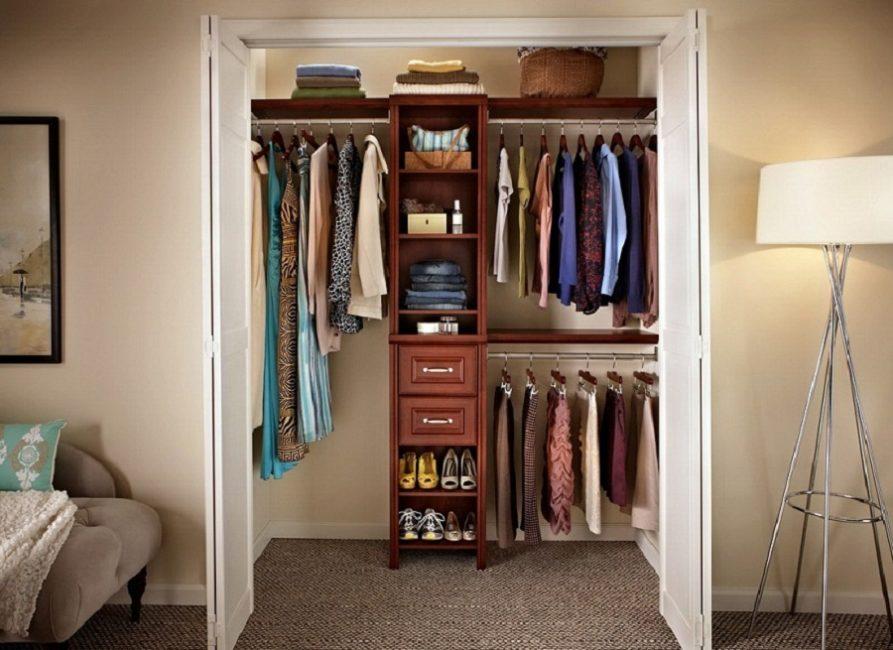 Даже небольшие по площади кладовые комнаты позволяют сделать вместительную систему под одежду