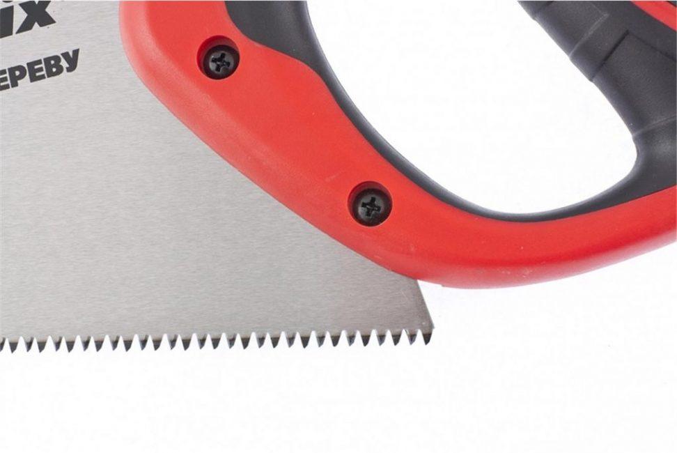 Инструмент можно применять для резки бревен, бруса, досок и ДСП.