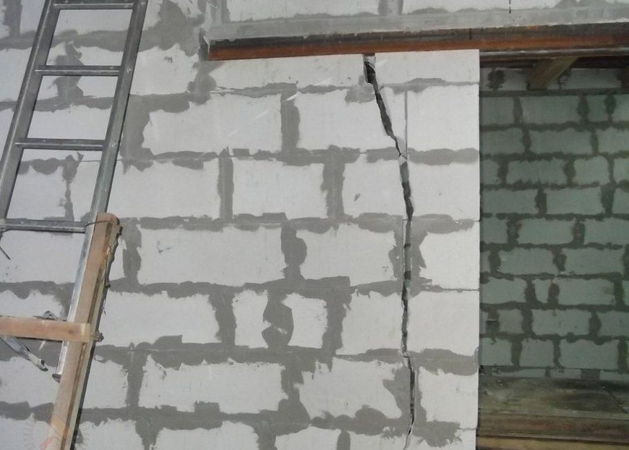 Трещины в стене из газобетона