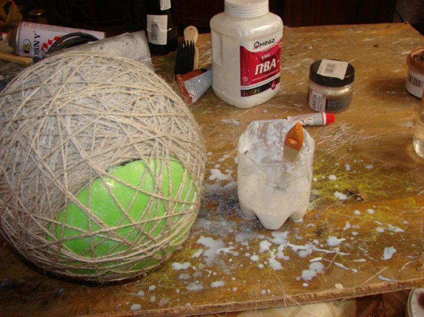 Процесс оклейки шарика нитками