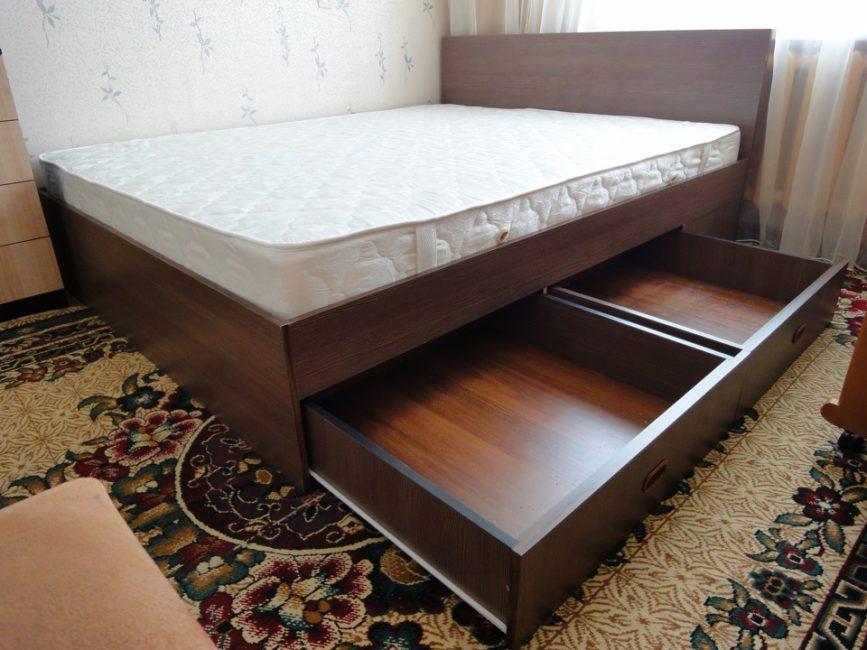 Благодаря выдвижным ящикам спальное место превращается в систему для хранения