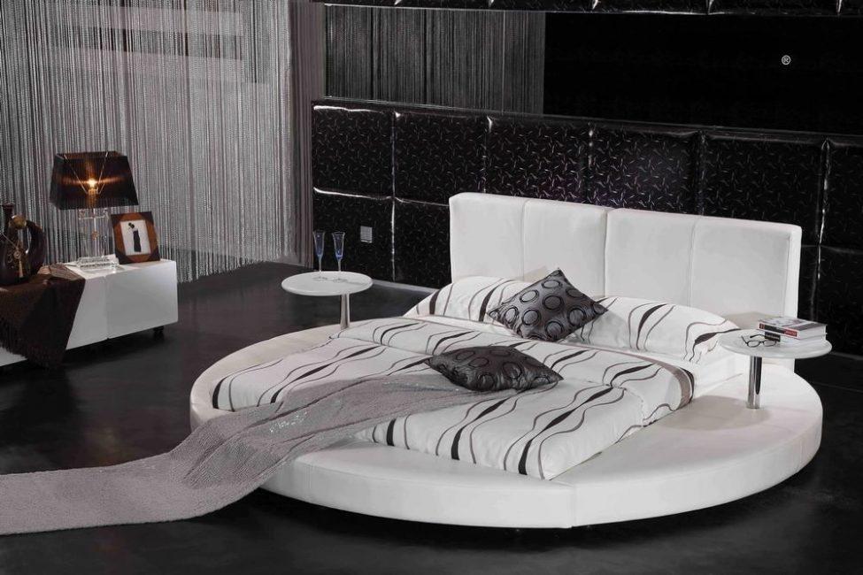 Круглая форма кровати предполагает каркас нестандартной формы