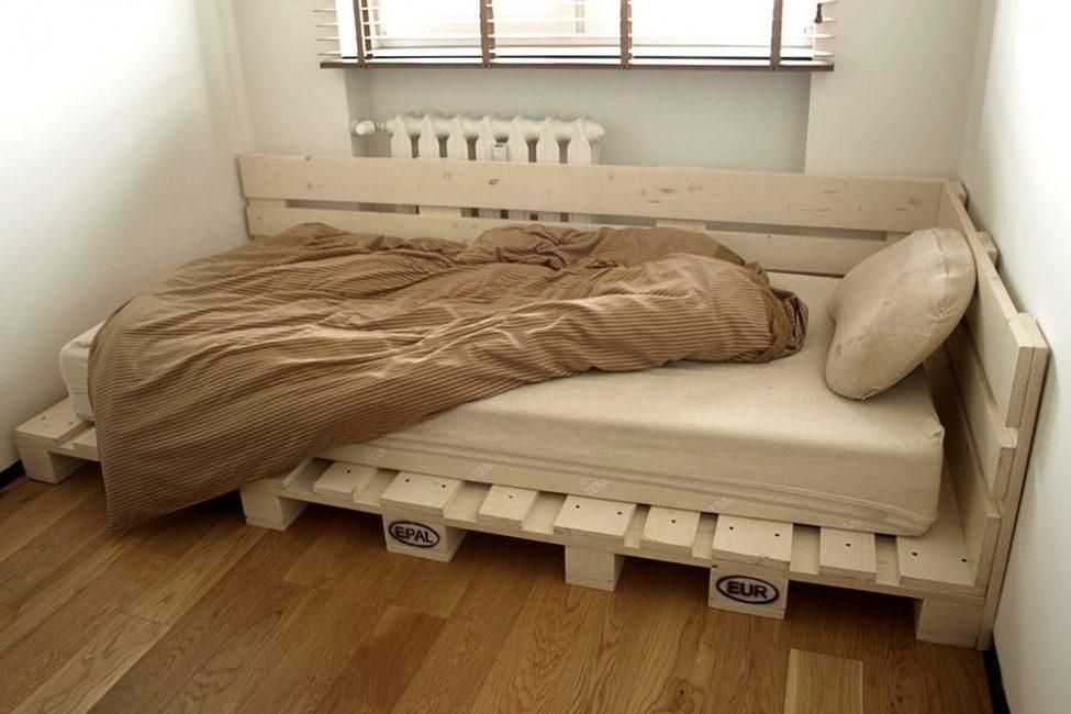 Собрать кровать из поддонов – самый простой и недорогой вариант обустройства спального места