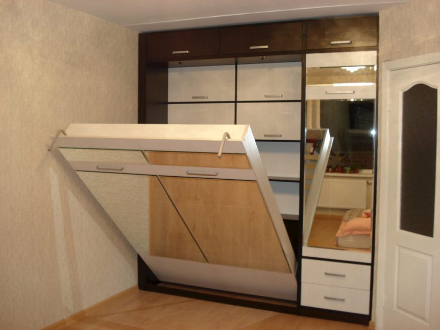 Шкаф-кровать с подъёмным механизмом в интерьере