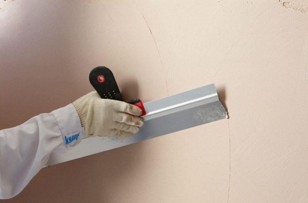 Шпаклёвка позволяет добиться гладкости стен и ровной поверхности
