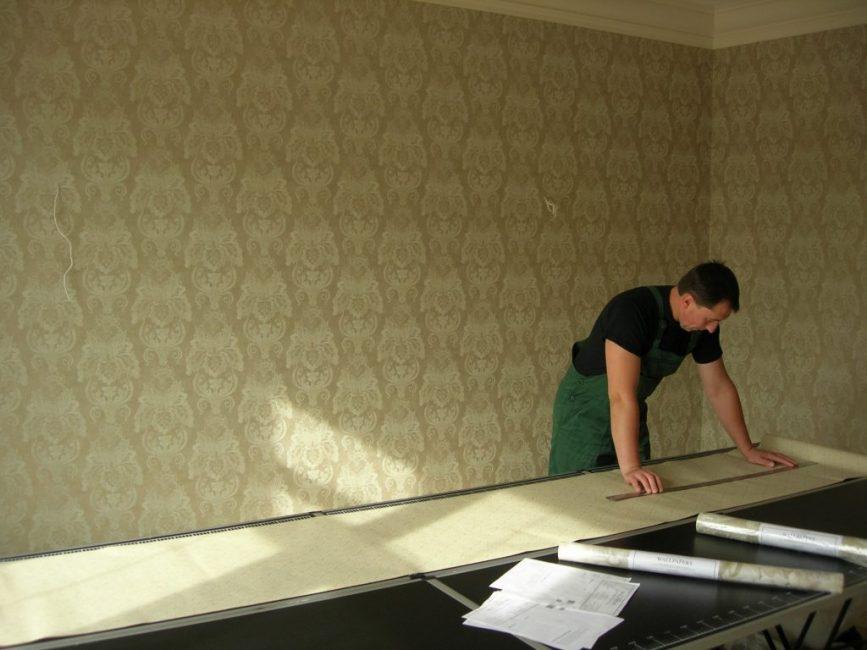 Расчёт количества рулонов производят, ориентируясь на площадь стен в комнате за вычетом оконных и дверных проёмов