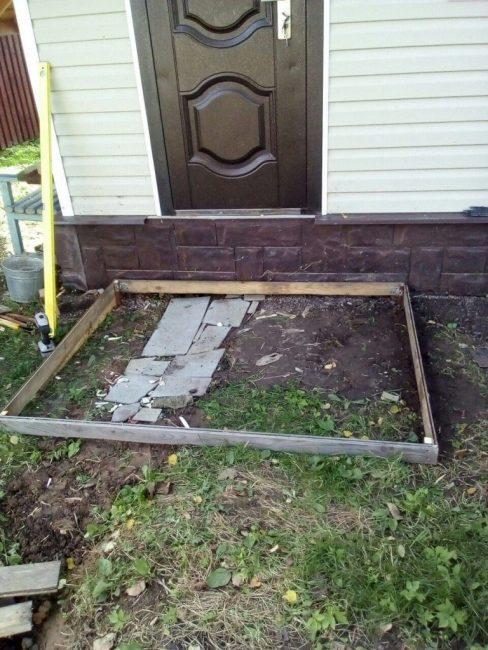 Размеченная площадка перед дверью для заливки фундамента