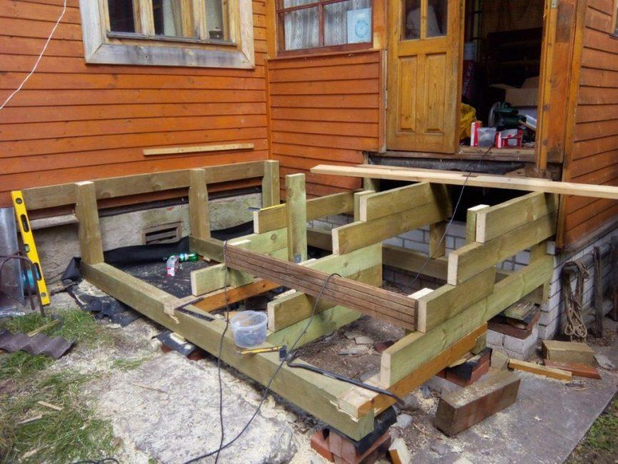 Процесс возведения деревянной лестницы ко входной двери дома