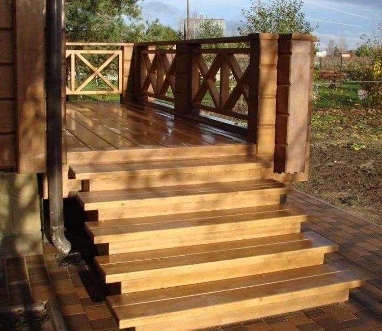 Готовую деревянную конструкцию покрывают защитным лаком