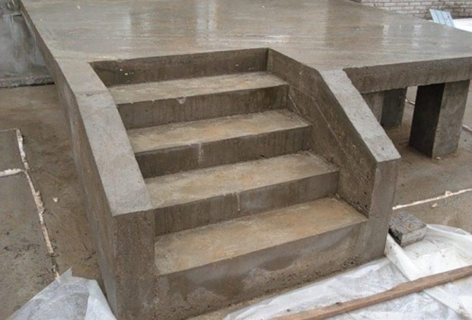 Готовая бетонная лестницы и верхняя площадка крыльца