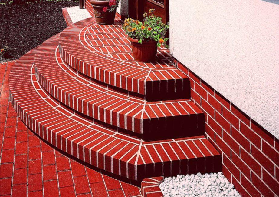 Кирпичная кладка слишком сложна для новичков, лучше облицевать кирпичом бетонную лестницу