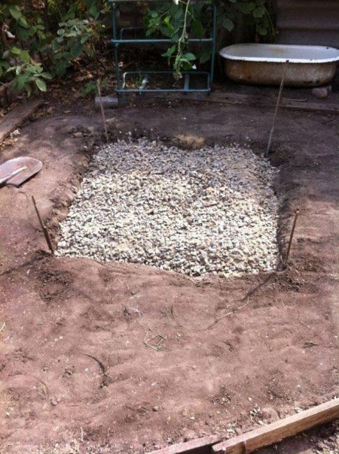 При заливке фундамента часто делают дренаж из щебня