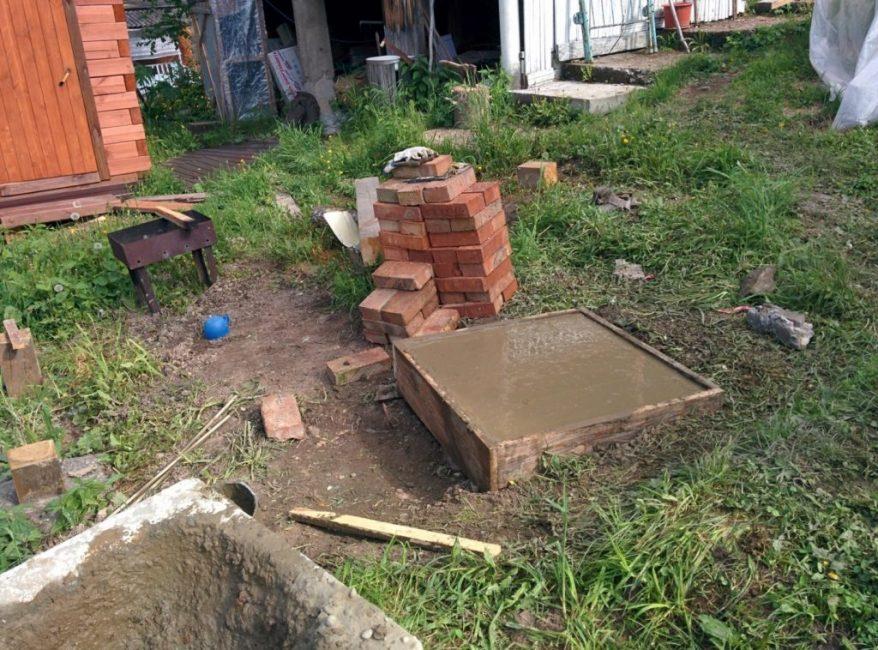 Залитый цементным раствором фундамент