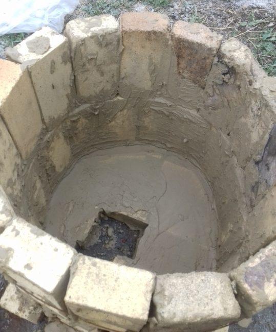 Жаровня в правильной конструкции располагается на основании, прямо под глиняной вкладкой