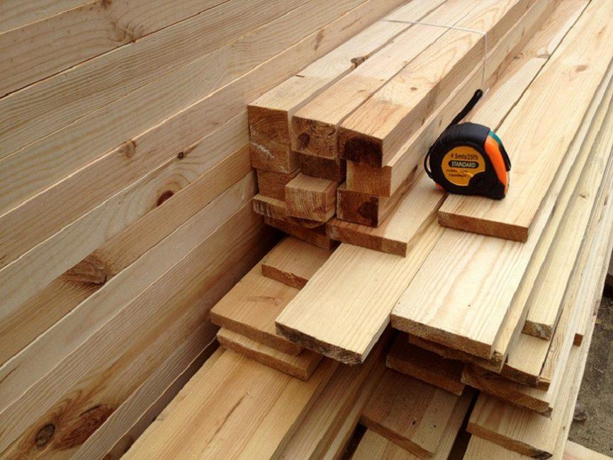 Деревянные бруски и доски – основные материалы для изготовления кровати – должны быть сухими и качественными