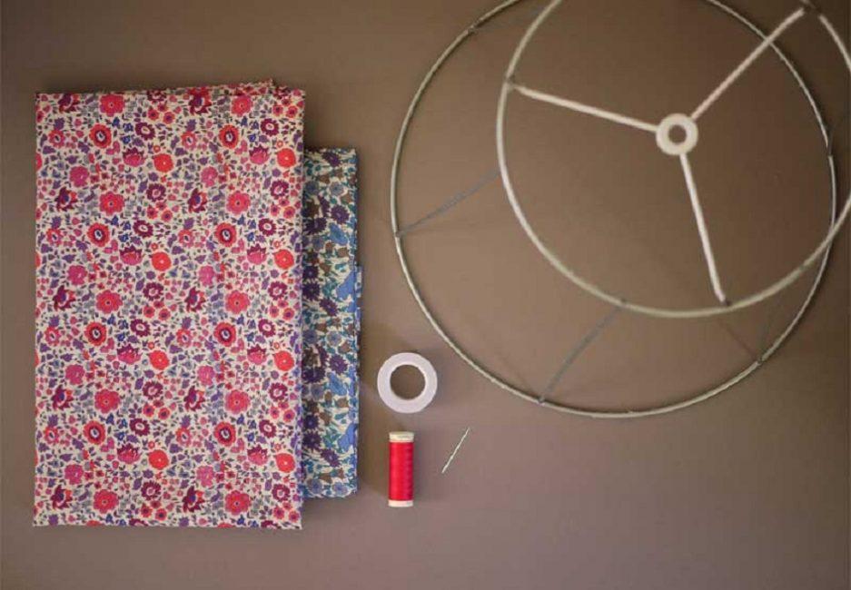 Для создания самодельного декоративного элемента нужны ткань и металлический каркасДля создания самодельного декоративного элемента нужны ткань и металлический каркас