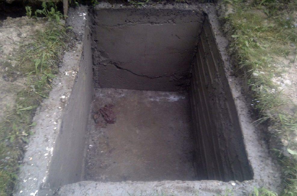 Оштукатуренные бетонные стенки выгребной ямы