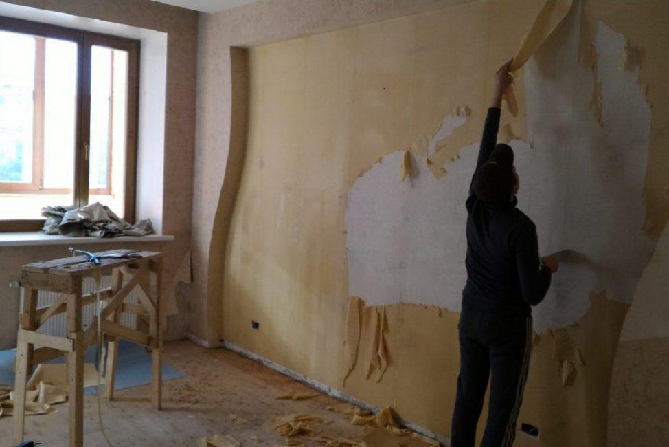 Перед поклейкой новых обоев старую отделку снимают, очищая стену дочиста