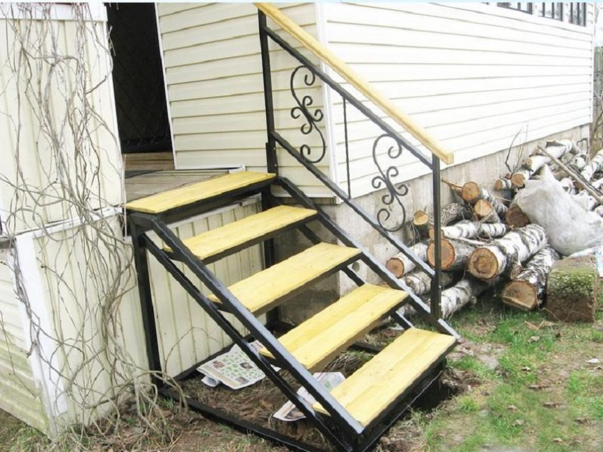 Перила на лестнице можно сделать только с одной стороны