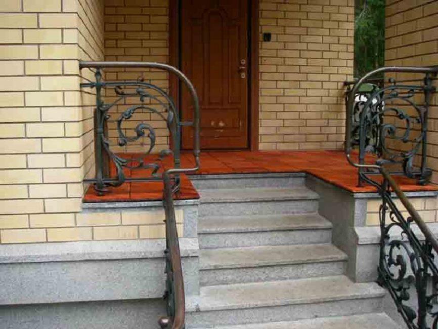 Придомовая конструкция выполняет и защитную, и декоративную функции
