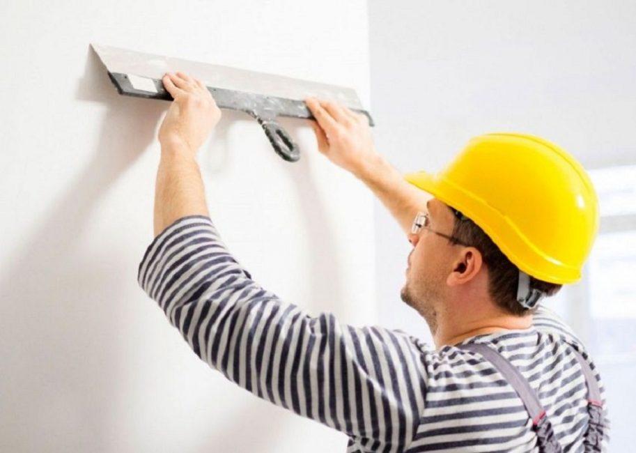 Широкий и чистый шпатель – главный инструмент при выравнивании стен