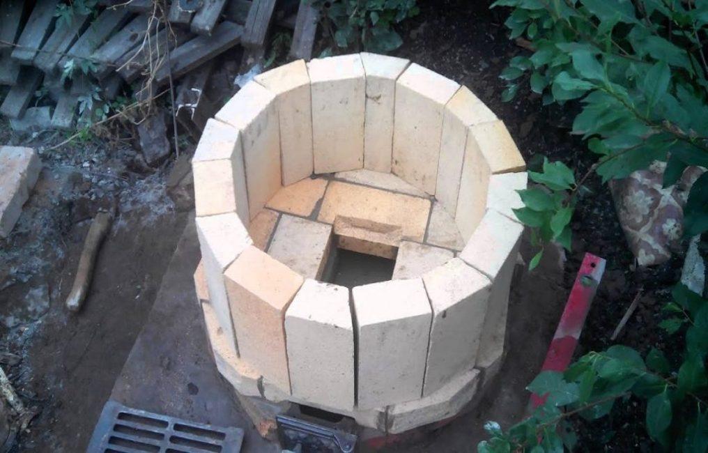 Тело печи возводят из шамотного кирпича, а затем изнутри промазывают глиной