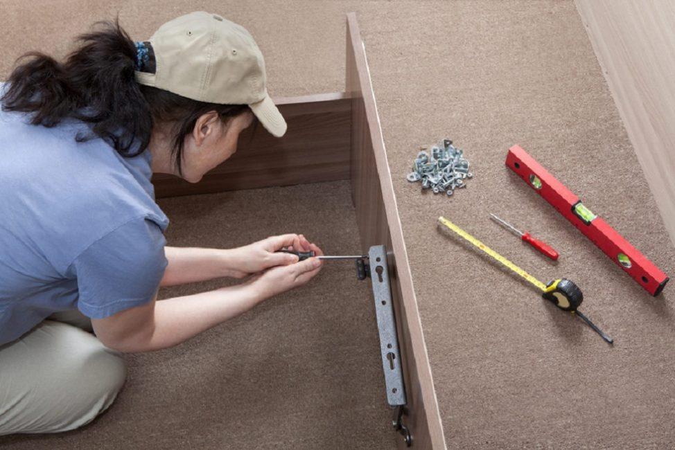 Уровень, рулетка и крепёжные элементы нужны для сборки любой кровати