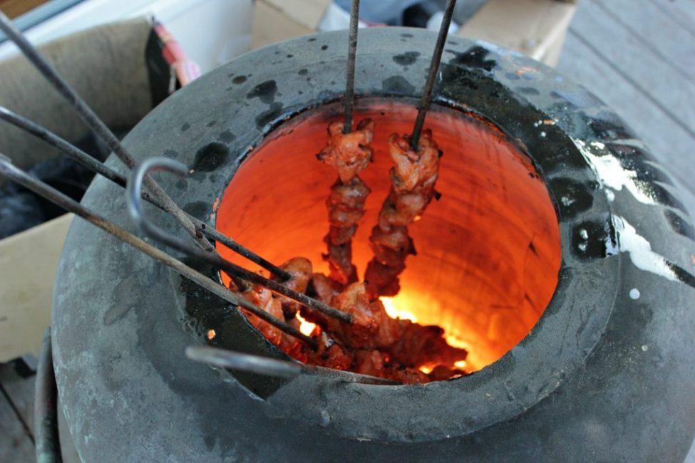 За счёт особенностей конструкции блюда, приготовленные в национальной печи, получаются очень вкусными