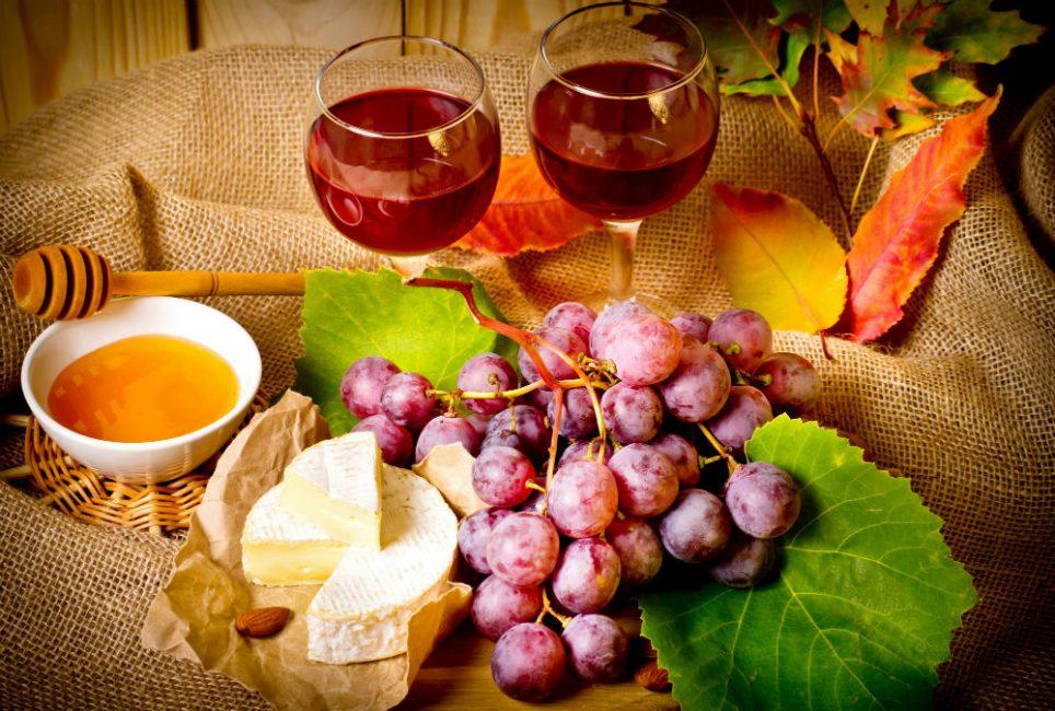 Использование меда в производстве вина, сделает его аромат более мягким, оригинальным