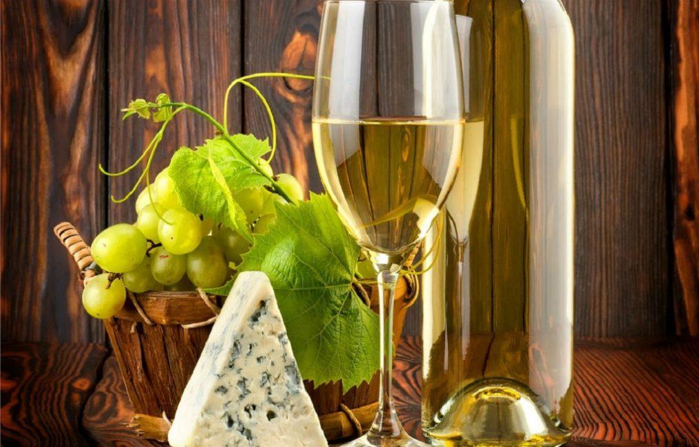 Если взять в качестве сырья белый виноград, получится оригинальный запах и мягкий прозрачно-янтарный оттенок восхитительного продукта