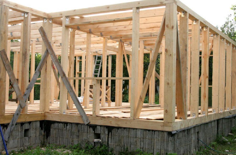 Конструкция дома с верхней и нижней обвязками и с вертикальными стойками