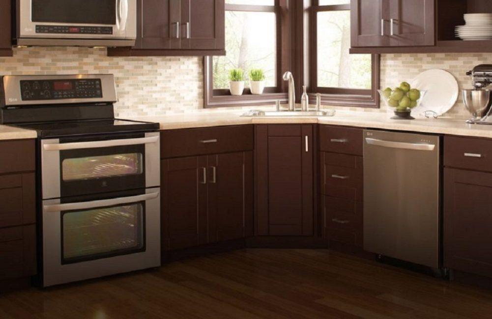 Размер зависит от свободного пространства на кухне