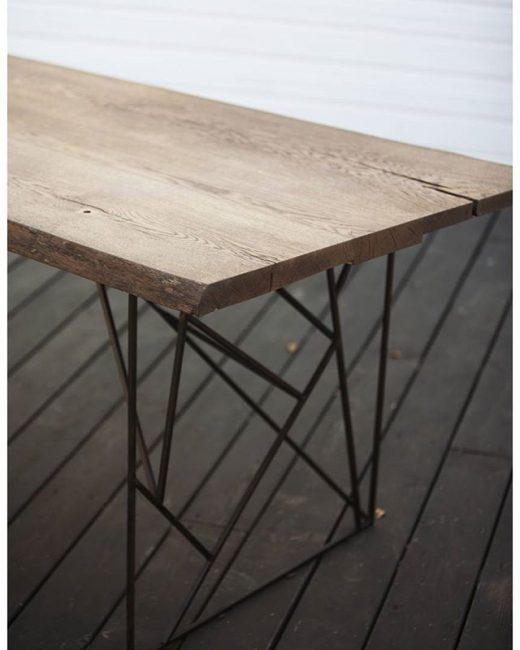 Сочетание брутального металла с различными породами дерева уже набрало популярность и часто применяется в изготовлении мебели