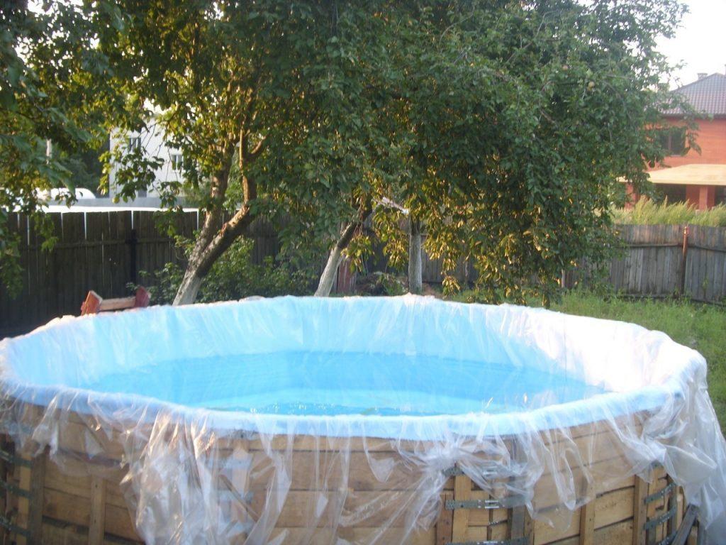 Готовый бассейн из подручных материалов. Основание из поддонов, внутрь уложен плотный полиэтилен