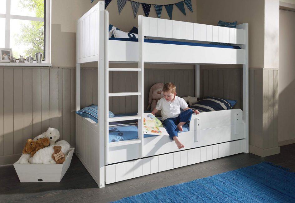 Кровать в 2 яруса экономит пространство и подходит для детской комнаты