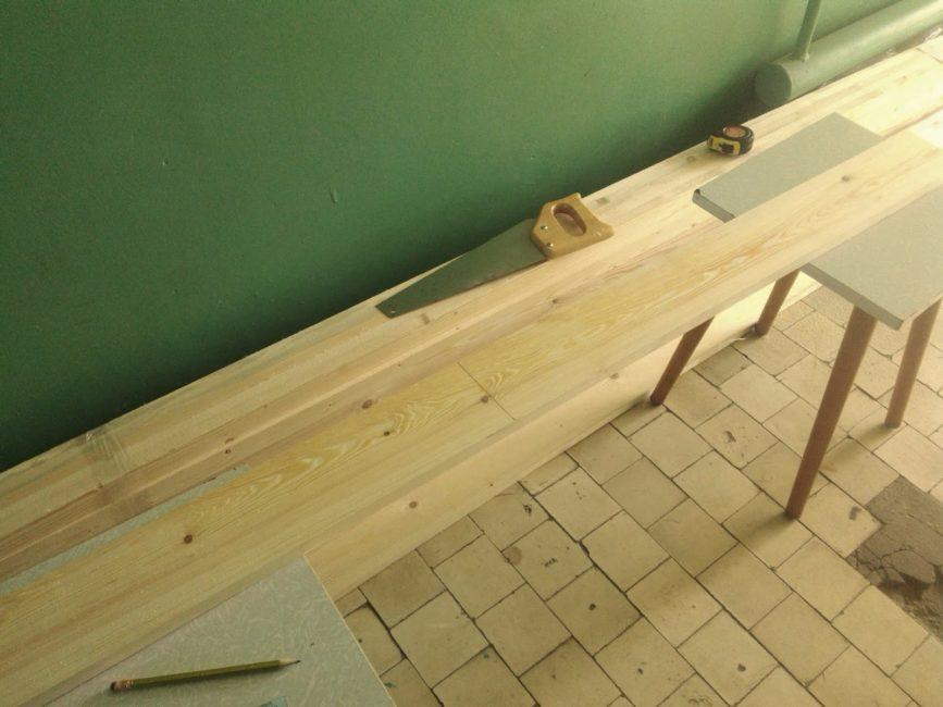 Оптимальный выбор для кровати из дерева – сосновый брус либо мебельные щиты