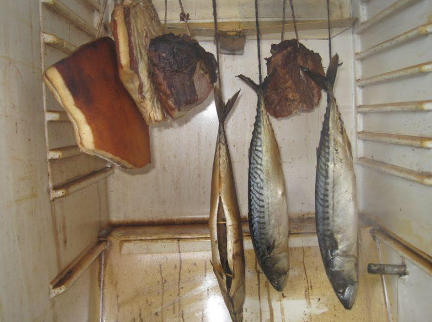 Продукты в коптильной камере из холодильника