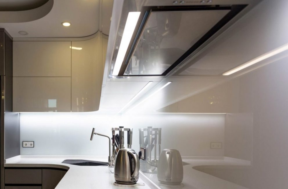 Встраиваемый улавливатель испарений на кухне защитит всю квартиру от неприятных запахов, а мебель на кухне – от следов жира