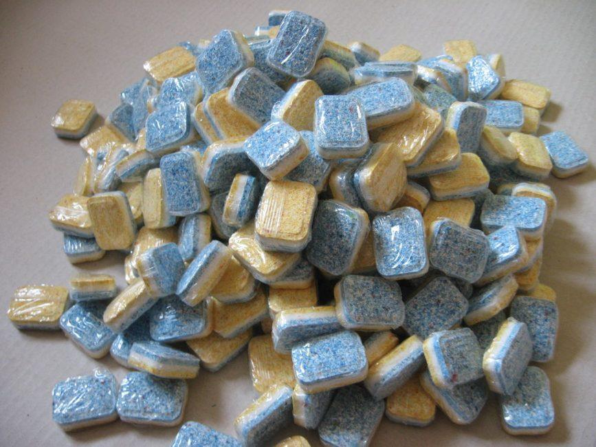Без брендированной упаковки таблетки для посудомоечных машин разных производителей зачастую неотличимы