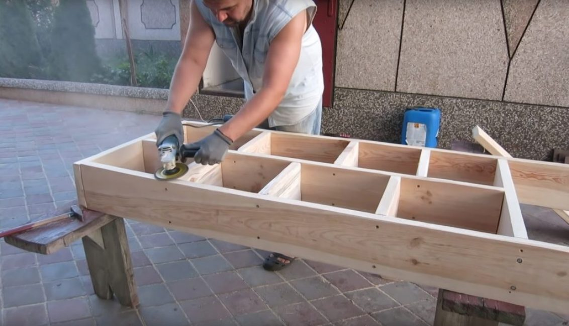 Также, как и на этапе предварительной обработки лучшим инструментом для данной операции является болгарка с насадкой для работы с деревом