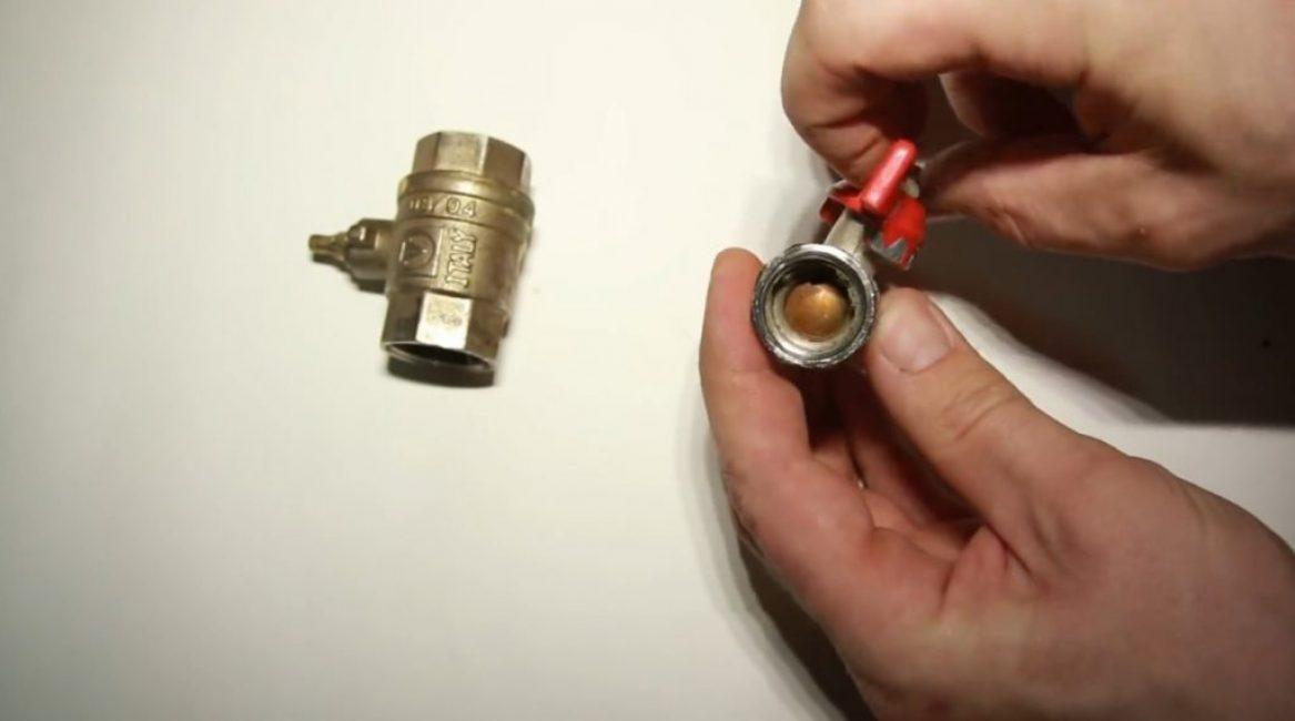 Попытка закрыть кран «махом»: ручка находится в открытом положении, но кран закрыт